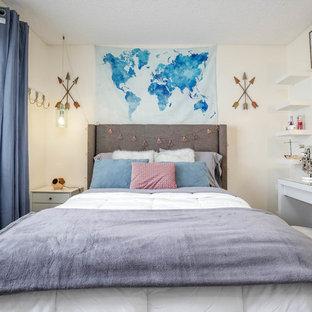 Modernes Jugendzimmer mit Schlafplatz, weißer Wandfarbe, Laminat und grauem Boden in Los Angeles