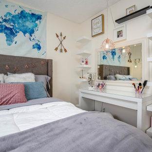 Modelo de dormitorio infantil moderno con paredes blancas, suelo laminado y suelo gris
