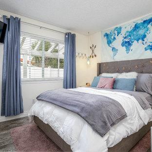 Idées déco pour une chambre d'enfant moderne avec un mur blanc, sol en stratifié et un sol gris.