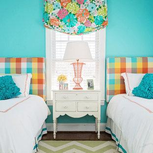 Foto de dormitorio infantil clásico con paredes azules y suelo de madera oscura
