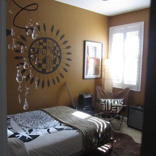 Ispirazione per una cameretta per bambini eclettica con pareti marroni