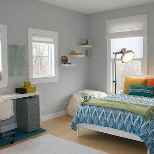 Inredning av ett klassiskt könsneutralt tonårsrum kombinerat med sovrum, med grå väggar, bambugolv och beiget golv