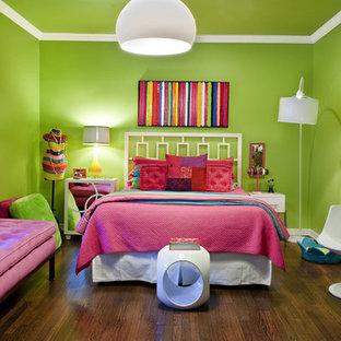 Ispirazione per una cameretta per bambini boho chic di medie dimensioni con pareti verdi e parquet scuro