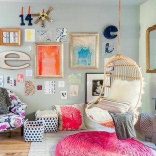 Ispirazione per una cameretta per bambini boho chic di medie dimensioni con pareti blu e parquet chiaro