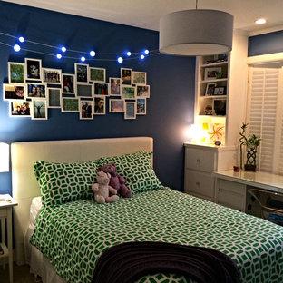 Ejemplo de dormitorio infantil actual, pequeño, con paredes azules
