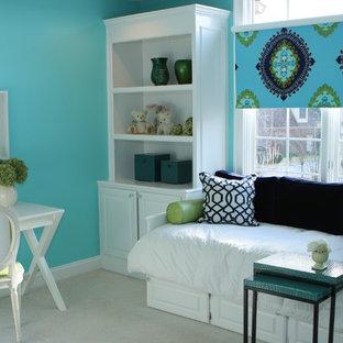 Ispirazione per una cameretta per bambini minimal con pareti blu e moquette
