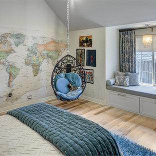 Imagen de dormitorio infantil clásico renovado, grande, con suelo de madera en tonos medios