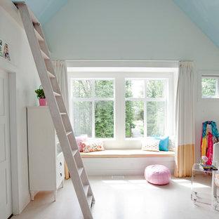 Ejemplo de dormitorio infantil ecléctico con paredes blancas y suelo de corcho