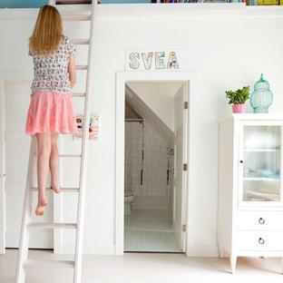 Пример оригинального дизайна: детская в стиле фьюжн с белыми стенами и пробковым полом для подростка, девочки