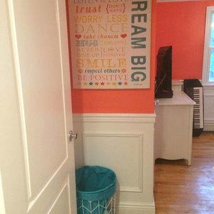 Idée de décoration pour une petite chambre d'enfant minimaliste avec un mur orange.