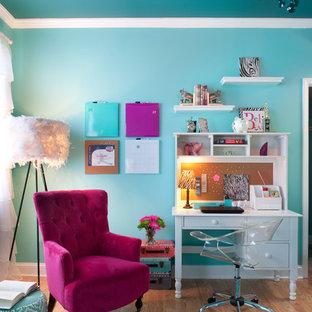 Idee per una cameretta per bambini design di medie dimensioni con pareti blu, parquet chiaro e pavimento beige