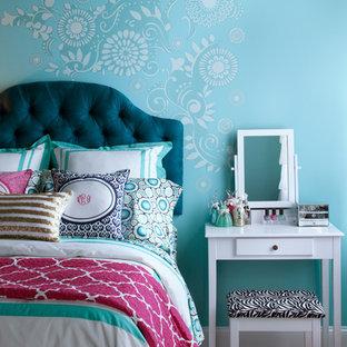 Modelo de dormitorio infantil contemporáneo, de tamaño medio, con paredes azules, suelo de madera clara y suelo beige