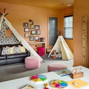 Idéer för mellanstora vintage könsneutrala barnrum kombinerat med lekrum och för 4-10-åringar, med orange väggar, heltäckningsmatta och flerfärgat golv
