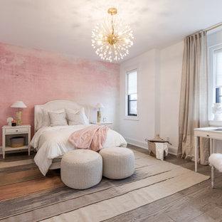 Ispirazione per una grande cameretta per bambini chic con pareti rosa, parquet scuro, pavimento marrone e carta da parati