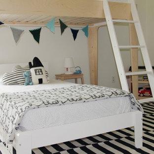 Imagen de dormitorio infantil de 4 a 10 años, minimalista, grande, con paredes beige y suelo de madera oscura