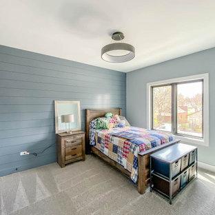 Exemple d'une chambre d'enfant de 4 à 10 ans industrielle de taille moyenne avec un mur bleu, moquette, un sol blanc et du lambris de bois.