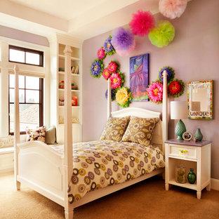 Foto på ett stort vintage flickrum kombinerat med sovrum och för 4-10-åringar, med lila väggar och heltäckningsmatta