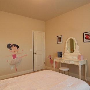 Esempio di una cameretta per bambini da 4 a 10 anni stile americano di medie dimensioni con pareti beige e moquette