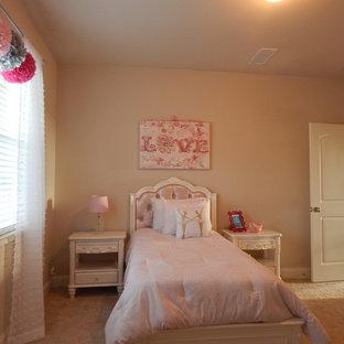 Immagine di una cameretta per bambini da 4 a 10 anni american style di medie dimensioni con pareti beige e moquette
