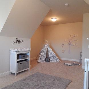 Aménagement d'une petit chambre d'enfant de 4 à 10 ans craftsman avec un mur beige et un sol en bois foncé.