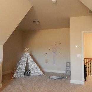 Modelo de dormitorio infantil de 4 a 10 años, de estilo americano, pequeño, con paredes beige y suelo de madera oscura