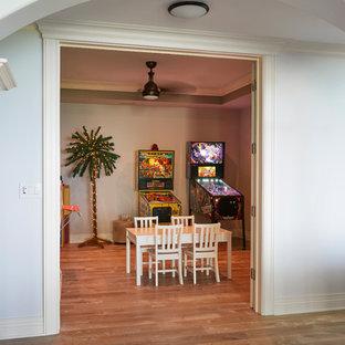 Idéer för att renovera ett mellanstort medelhavsstil könsneutralt barnrum kombinerat med lekrum och för 4-10-åringar, med beige väggar, laminatgolv och brunt golv