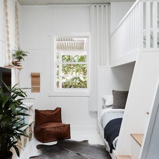 Immagine di una cameretta per bambini da 4 a 10 anni tropicale di medie dimensioni con pareti bianche, pavimento in legno verniciato e pavimento bianco