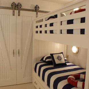 Foto di una cameretta per bambini stile marino di medie dimensioni con pareti bianche, pavimento in gres porcellanato e pavimento beige