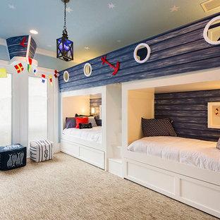 Esempio di una cameretta per bambini da 4 a 10 anni stile marinaro con pareti blu, moquette e pavimento beige