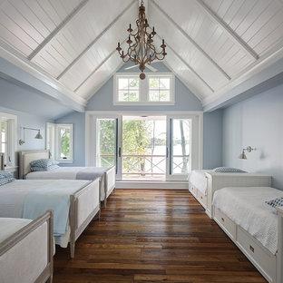 Exempel på ett lantligt barnrum kombinerat med sovrum, med blå väggar, mellanmörkt trägolv och brunt golv