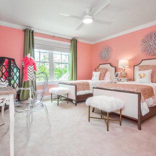 Idee per una cameretta per bambini tradizionale con pareti rosa, moquette e pavimento beige