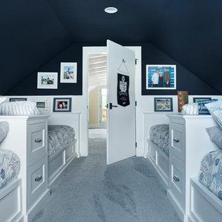 Neutrales Maritimes Kinderzimmer mit Schlafplatz, blauer Wandfarbe, Teppichboden und blauem Boden in Sonstige