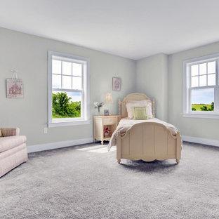 Cette image montre une grande chambre d'enfant de 4 à 10 ans craftsman avec un mur beige, moquette et un sol beige.