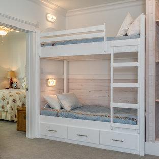 Idée de décoration pour une chambre d'enfant marine avec un mur blanc et moquette.