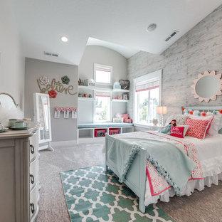 Imagen de dormitorio infantil clásico renovado, de tamaño medio, con paredes grises y moqueta