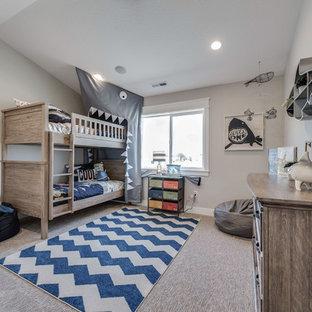 Ejemplo de dormitorio infantil de 4 a 10 años, de estilo americano, de tamaño medio, con paredes grises, moqueta y suelo beige