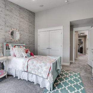 Modelo de dormitorio infantil tradicional renovado, de tamaño medio, con paredes grises y moqueta