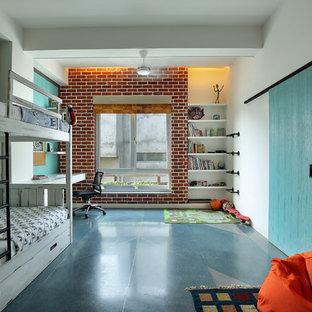 Diseño de dormitorio infantil de 4 a 10 años, tradicional renovado, con paredes blancas y suelo azul