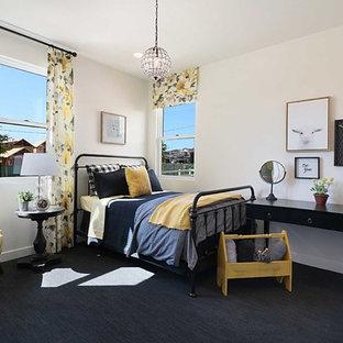 Idéer för ett lantligt barnrum kombinerat med sovrum, med beige väggar, heltäckningsmatta och svart golv