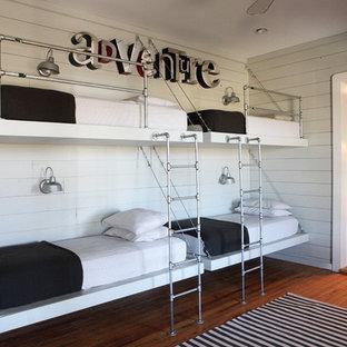Idee per una cameretta per bambini country di medie dimensioni con pareti bianche e pavimento in legno massello medio