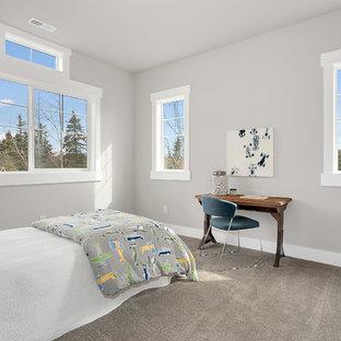 Exempel på ett mellanstort amerikanskt pojkrum kombinerat med sovrum och för 4-10-åringar, med grå väggar, heltäckningsmatta och grått golv