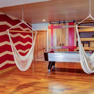 Ejemplo de dormitorio infantil urbano, de tamaño medio, con paredes beige y suelo de madera en tonos medios