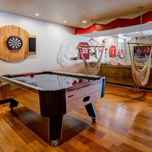 Mittelgroßes, Neutrales Industrial Jugendzimmer mit Spielecke, beiger Wandfarbe und braunem Holzboden in Washington, D.C.