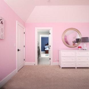 Idee per una grande cameretta per bambini da 4 a 10 anni american style con pareti rosa e moquette