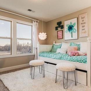 Свежая идея для дизайна: детская среднего размера в стиле современная классика с бежевыми стенами, ковровым покрытием и спальным местом для подростка, девочки - отличное фото интерьера