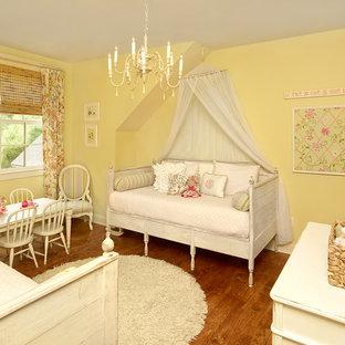 Idee per una grande cameretta per bambini costiera con pareti bianche e pavimento in legno massello medio