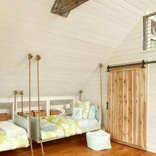 Ejemplo de dormitorio infantil costero, grande, con paredes beige y suelo de madera en tonos medios