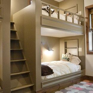 Inredning av ett modernt könsneutralt barnrum kombinerat med sovrum och för 4-10-åringar, med grå väggar och heltäckningsmatta