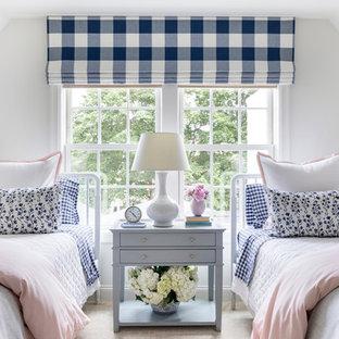 Ejemplo de dormitorio infantil marinero con paredes blancas, moqueta y suelo beige