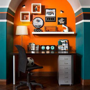 Ispirazione per una grande cameretta per bambini minimal con parquet scuro e pareti multicolore